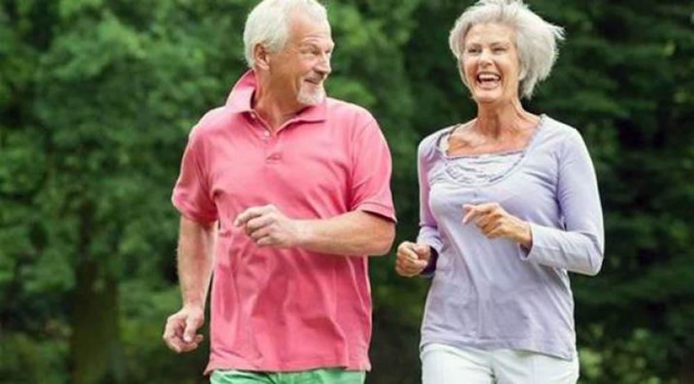 adultos mayores caminatas recreativas